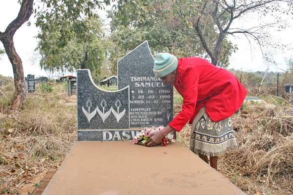 Benedikts mor Thidziambi Ida Daswa legger ned blomster på hans grav utenfor landsbyen Mbahe i provinsen KwaZulu-Natal