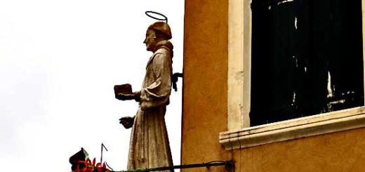 A statue of St Anthony is seen on a house facade facing the square in front of the basilica in Padua, Italy, that holds the saint's tomb. (Photo: Günther Simmermacher)