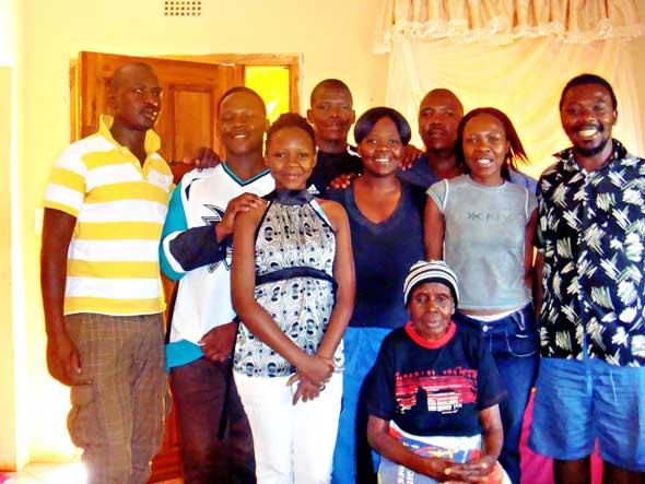 Benedikt Daswas mor og hans åtte voksne barn ved tyveårsminnet for hans martyrium i 2012